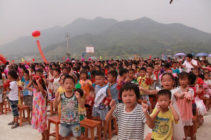 典礼上乔安希望小学的小朋友们十分高兴