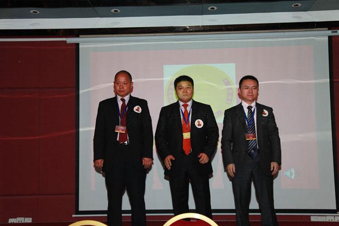 新当选会长-邹强(中)、执行会长-卡酷尚创始人郭晓要(右)、监事长-刘福金(左)合影