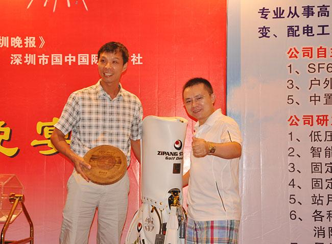 卡酷尚创始人郭晓林先生为获奖选手颁奖
