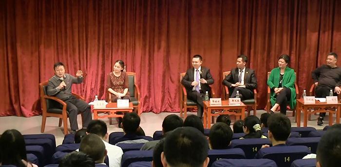深圳晚报企业家俱乐部秘书长李昊宸(左一)