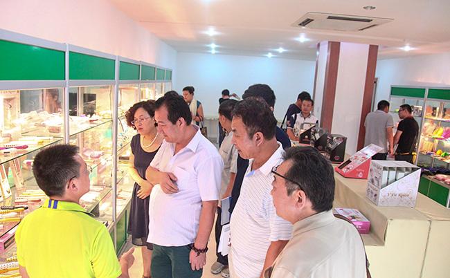 郭晓林先生为访问团介绍卡酷尚产品