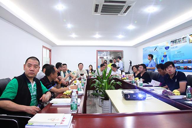 清华艺术品投资鉴赏班访问团在卡酷尚会议室就座