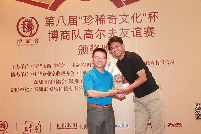 卡酷尚创始人郭晓林先生为总杆冠军廖泉颁奖
