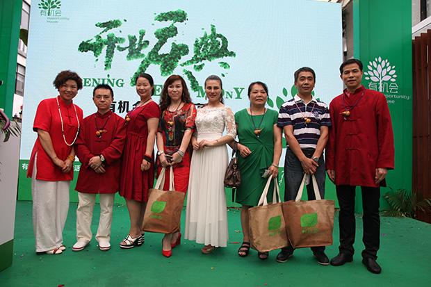 杨萍女士与卡酷尚集团董事长郭晓林先生与获奖嘉宾合影留念