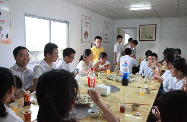 卡酷尚员工包饺子活动 卡酷尚企业文化