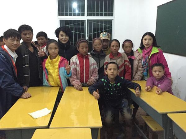 新教室内上课的孩子们