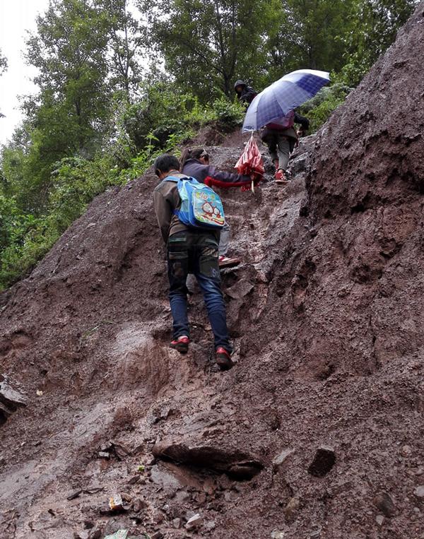 大凉山博爱小学孩子们爬山涉水的艰苦上学路