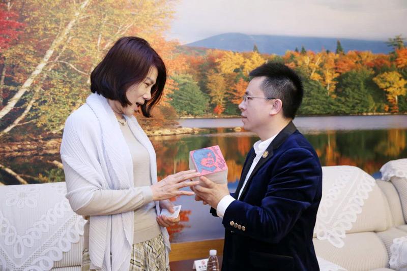 卡酷尚郭晓林赠与董明珠金石篆刻肖像印象