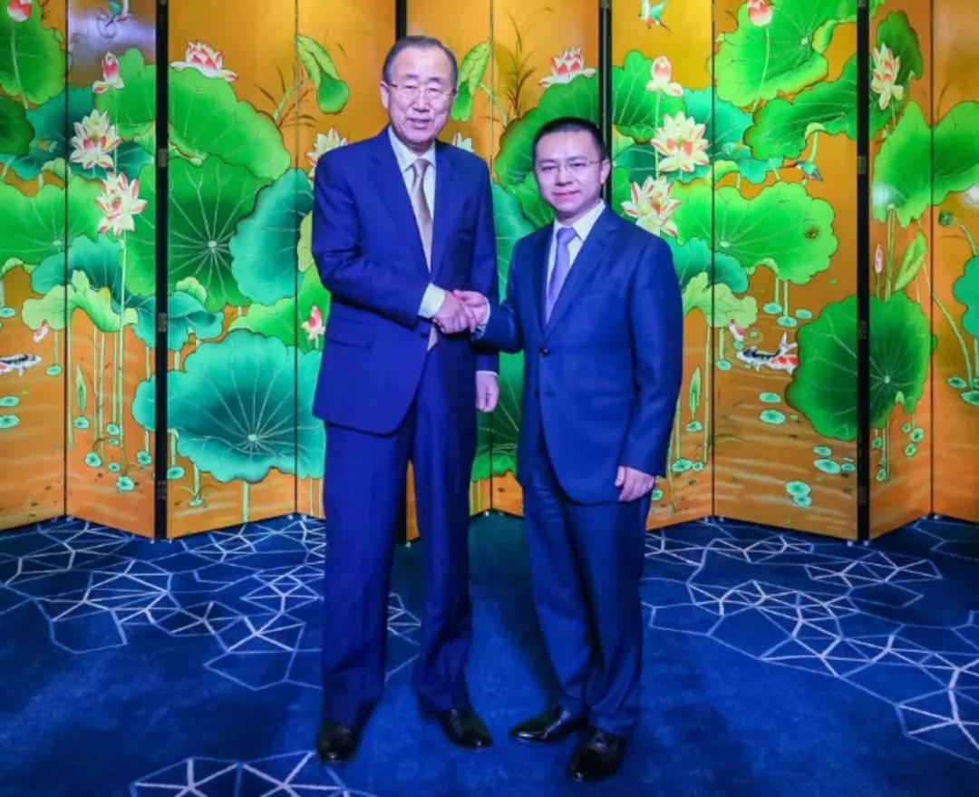 卡酷尚董事长郭晓林与联合国原秘书长潘基文握手合影