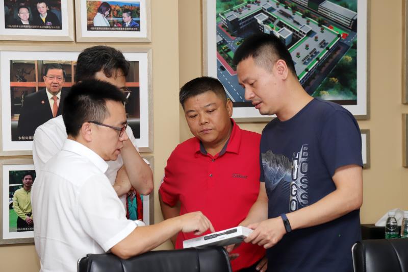 华董会联席理事长莅临授予卡酷尚行业领军企业牌匾
