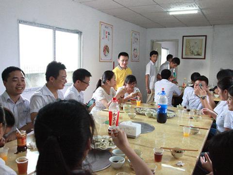 【视频】温馨大家庭健康快乐生活 卡酷尚员工包饺子活动